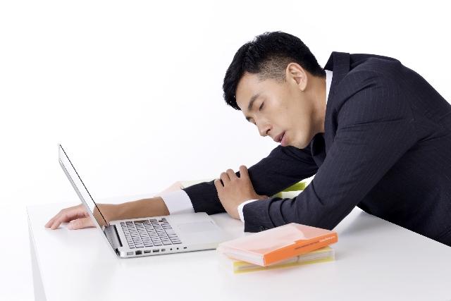 仕事中の睡魔を撃退するには?強力に目が覚める方法はコレだ!